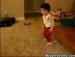 아기에 가까운 꼬마의 브레이크 댄스